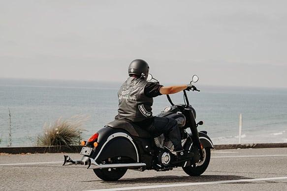 Biker auf einer Harley am Meer
